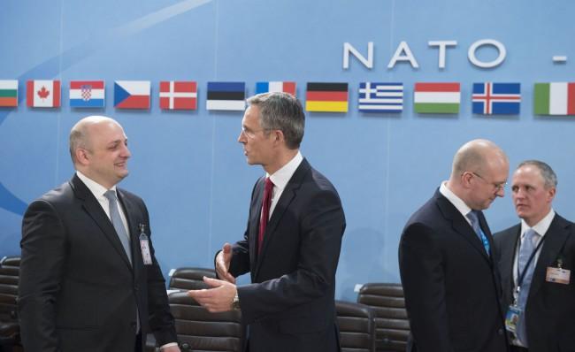Mindia Janelidze grúz védelmi miniszter (balra) és Jens Stoltenberg beszélget a NATO-Grúzia Tanács ülésén. (Forrás: nato.int)