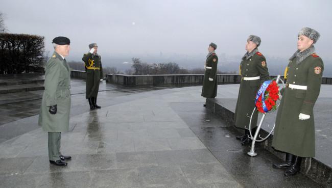 Bartels tábornok, a NATO Katonai Bizottság elnöke koszorút helyez el az ismeretlen katona sírjánál Kijevben. (Forrás: nato.int)