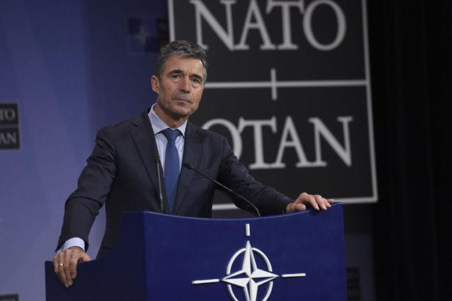 Anders Fogh Rasmussen NATO-főtitkár a repülőgép-szerencsétlenség alkalmából adott sajtótájékoztatóján. (Forrás: nato.int)