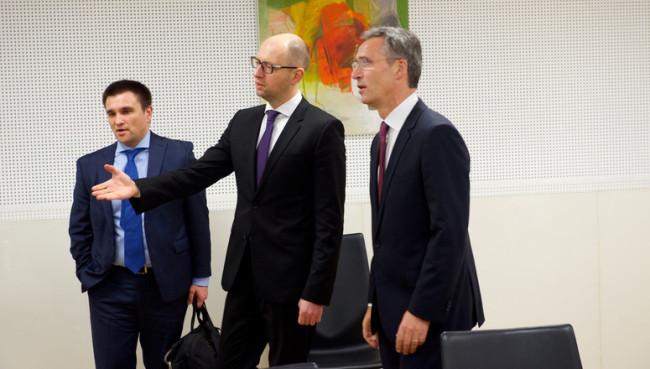 Arszenyij Jacenyuk és Jens Stoltenberg találkozója. (Forrás: nato.int)