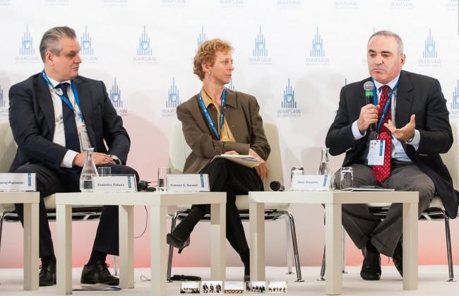 Garry Kasparov hangsúlyozta, hogy az orosz vezetés egyre kiszámíthatatlanabbá válhat, ahogy a válság eszkalálódik (Forrás: http://warsawsecurityforum.org)