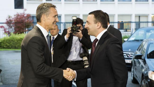 Jens Stoltenberg NATO-főtitkár köszönti Irakli Garibashvili grúz miniszterelnököt Brüsszelben, 2014. november 17-én. (Forrás: nato.int)