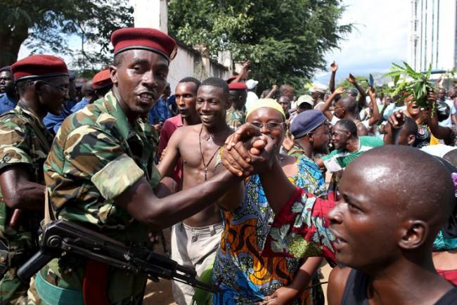 Az államcsínyt kiterveléséért felelős Godefroid Niyombare tábornok és az ünneplő tömeg. (forrás: http://cctv-africa.com/)