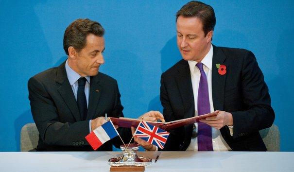 Nicolas Sarkozy és David Cameron aláírja a főleg védelmi együttműködéseket tartalmazó megállapodást a 2010-es londoni brit-francia csúcstalálkozón. (Forrás: lexpansion.com)