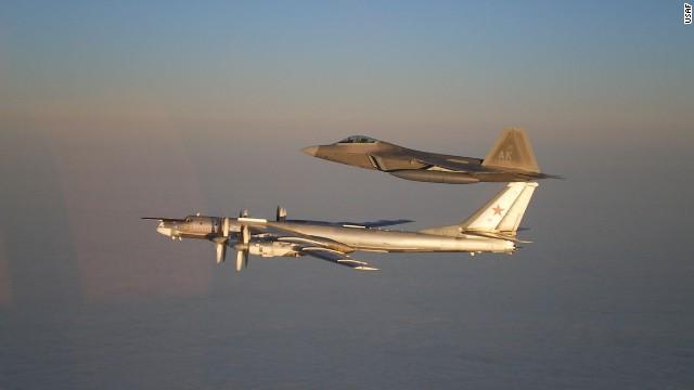 Egy orosz Tu-95 stratégiai bombázó és egy amerikai F-22 Raptor vadászrepülőgép. (A kép forrása: http://thehigherlearning.com/wp-content/uploads/2014/09/norad.jpg)