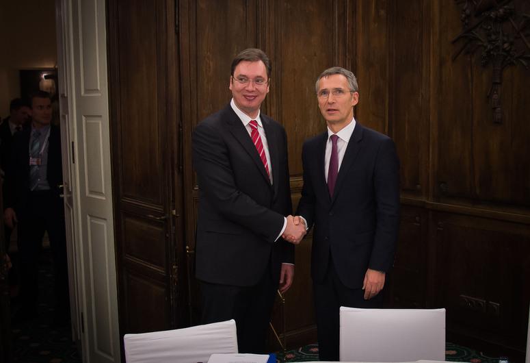 Aleksandar Vučić szerb miniszterelnök és Jens Stoltenberg NATO-főtitkár müncheni találkozója 2015 februárjában. (A kép forrása: nato.int)