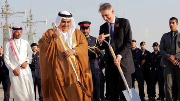 Phil Hammond brit és Khalid bin Ahmed Al Khalifa sejk bahreini külügyminiszter november 1-én, a manámai támaszpont alapkőtételén. (A kép forrása: bbc.com)