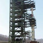 A legutóbbi, 2012-es hasonló rakétakísérlet kilövőállomása (Kép forrása: https://upload.wikimedia.org/wikipedia/commons/5/58/North_Korean_Unha-3_rocket_at_launch_pad.jpg )