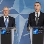 James Mattis, az USA védelmi minisztere tárgyal Jens Stoltenberg NATO-főtikárral. (Forrás: http://www.nato.int)