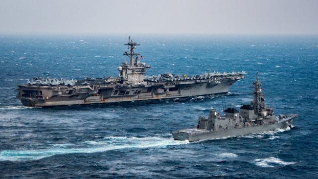 kép forrása: https://news.usni.org/2017/03/14/carrier-uss- A USS Carl Vinson amerikai repülőgép-hordozó és a japán Samidare romboló korábbi (márciusi) közös hadgyakorlaton a Filippínó tengeren.