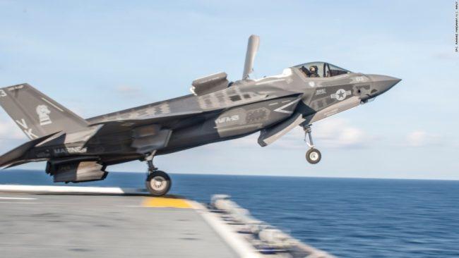 kép forrása: http://edition.cnn.com/2017/01/12/politics/marines-f-35-stealth-jets-deploy-to-japan/ F-35B helyben leszálló repülőgép, speciálisan a haditengerészeti alkalmazására kifejlesztve.